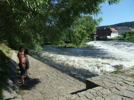 FOTKA - manžel a Karel kontrolujou stav vody