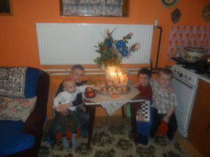 FOTKA - deti s tortou
