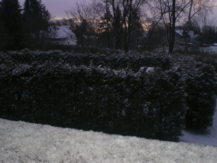 FOTKA - Sněhové vločky na venkovním parapetu