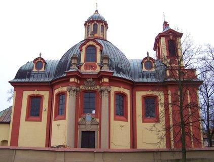 FOTKA - 15.12.2013, odpolední procházka, Kunratický kostel po poražení nemocného a velmi starého kaštanu