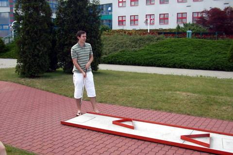 FOTKA - Tomík hraje minigolf