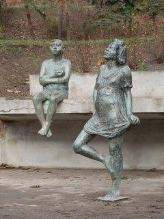 FOTKA - sochy v kašně (v zimě bez vody) v parku Folimanka