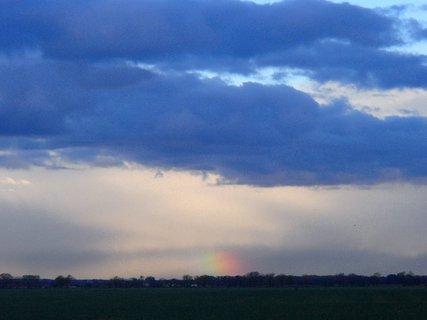 FOTKA - malá farebná dúha v diaľke
