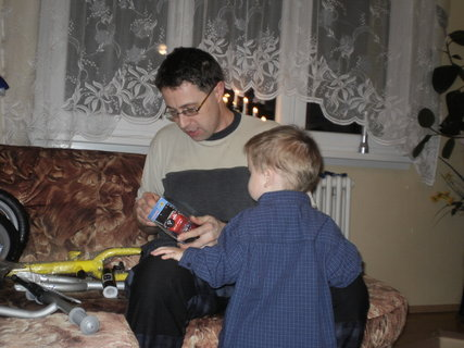 FOTKA - Tomík pomáhá tatínkovi poskládat kolo