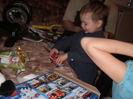 FOTKA - Tomík dostal kovové hasičské auto, to bylo radosti