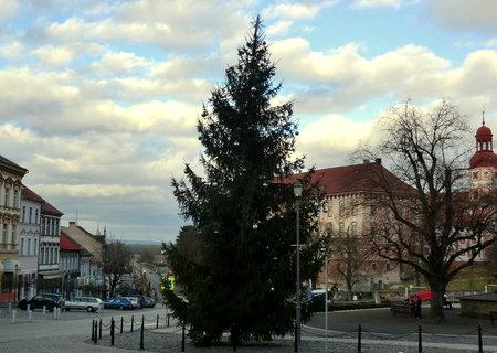 FOTKA - Vánoční stříbrný smrk na náměstí - vloni byl zasněžený....