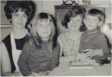 FOTKA - já uprostřed v 19 letech, švagrová a neteře