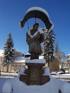 FOTKA - socha v Hostinném