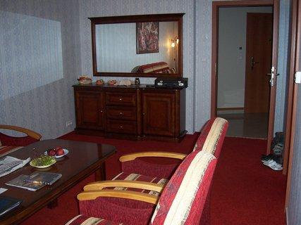FOTKA - Babylon - prezidentské apartmá - obývák  komoda