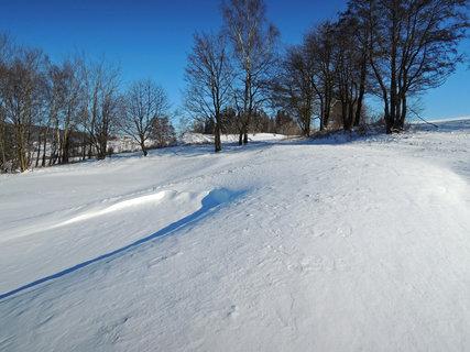 FOTKA - louku a cestu zavál sníh