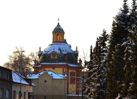 FOTKA - kostel v Kunraticích a část náměstí TGM