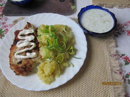 FOTKA - Vepřový řízek, brambory a okurkový salátek