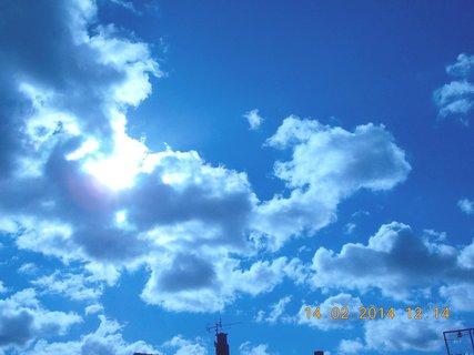 FOTKA - je vidět slunce mezi mraky, ale málo