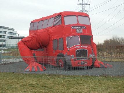 FOTKA - Klikující autobus výtvarníka Davida Černého v Praze na Chodově