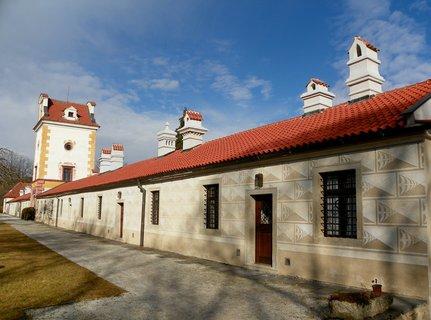 FOTKA - Na místě dnešního zámku stával původně hospodářský dvůr nazývaný Leptáč, který v roce 1569 věnoval Vilém z Rožmerka regentu rožmberského dominia a známému budovateli jihočeských rybníků Jakubovi Krčínovi z Jelčan.