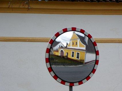 FOTKA - Zrcadlení vesnického stavení