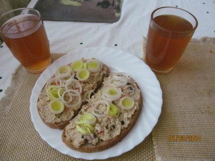 FOTKA - Snídaně - kvasnicová pomazánka a šípkový čaj