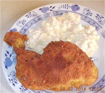 FOTKA - smažené kuřecí stehno a br. salát