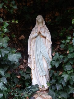 FOTKA - soška P.Marie v areálu nemocnice Milosrdných sester sv. Karla Boromejského v Praze pod Petřínem