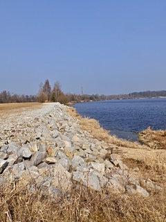 FOTKA - Nová kamenná hráz mezi pískovnou a Lužnicí - při povodni 2002 se protrhla a z malé řeky se stala vše beroucí řvoucí hrůza..