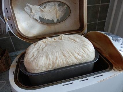 FOTKA - těsto vykynulo tak, až nadzvihlo víko domácí pekárny...