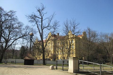 FOTKA - Kinského zahrada: Zvonička.  Škola pro sluchově postižené