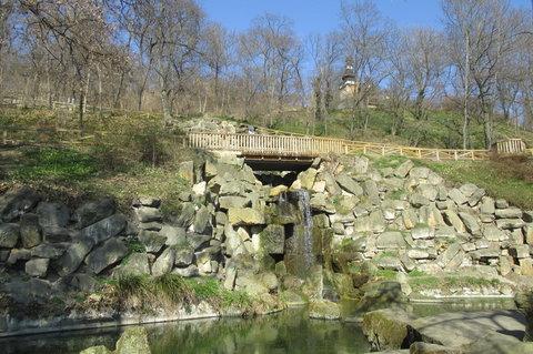 FOTKA - Kinsk�ho zahrada: Jez�rka s vodop�dem a nov� i s vodn�m schodi�t�m
