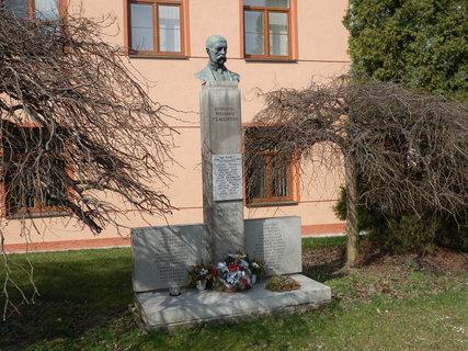 FOTKA - pomník v obci Broumy (severně od Žebráku)