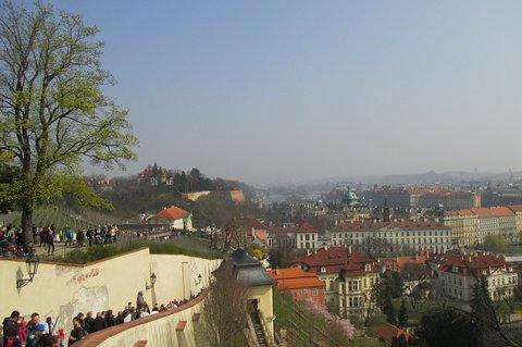 FOTKA - Pražský hrad zahájil  sezónu -  přelidněné  Staré zamecké schody i  Svatováclavská vinice