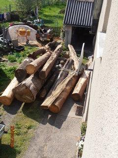 FOTKA - Troška dřeva na dvoře, foceno z patra