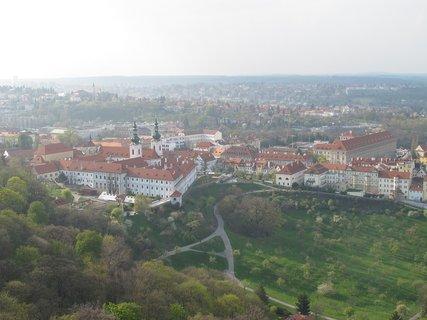 FOTKA - Z Petřínské rozhledny - dohlédneme  na Loretu