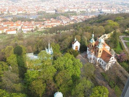 FOTKA - Z Petřínské rozhledny - pod námi kostel sv. Vavřince