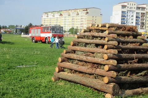 FOTKA - Pálení čarodějnic mezi paneláky - varta postavena, hasiči  připraveni