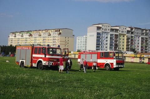 FOTKA - Pálení čarodějnic mezi paneláky - hasiči raději hlídku posílili