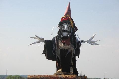 FOTKA - Pálení čarodějnic mezi paneláky - čarodějnice připravena k upálení