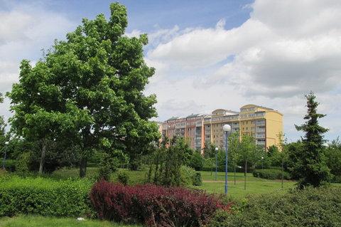 FOTKA - Park před obchodním  centrem - vkusné osvětlení