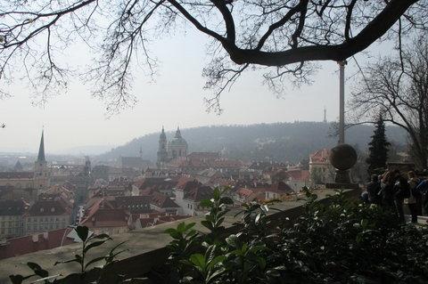 FOTKA - Ze zahrad pod Pražským hradem , březen:  výhled na Malou Stranu, Petřín