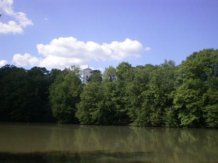 FOTKA - Rybník, zeleň a kostelní věž