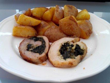 FOTKA - kuřecí roláda se špenátem a opečené brambory