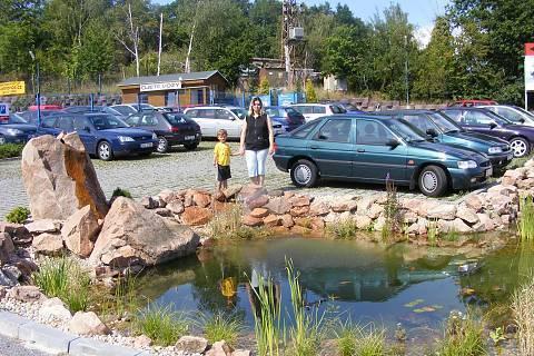 FOTKA - Na výletě u autobazaru kde byl rybníček