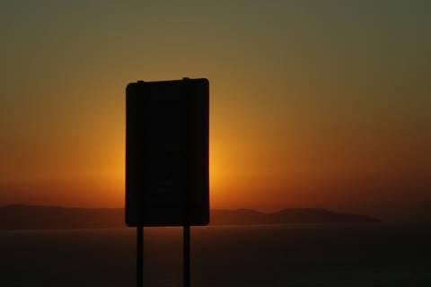 FOTKA - západ slunce skrytý za informační tabulí