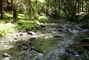 voda voděnka, hladí oblázky - naučná stezka údolím Doubravy