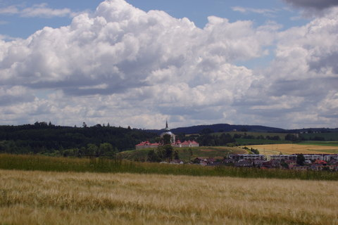 FOTKA - krajina na Žďársku (v dálce sv.Jan Nepomucký na Zelené hoře u Žďáru)