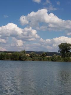 FOTKA - Pohled přes vodu