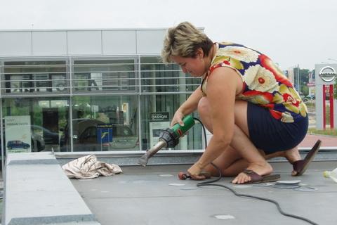 FOTKA - navařuji záplaty na střechu garáže