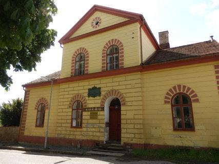 FOTKA - Liteň v budově bývalé fary je Muzeum Svatopluka Čecha a Jarmily Novotné.