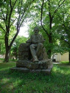 FOTKA - Svatopluk Čech odpočívá ve stínu lípy (Liteň)