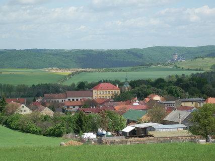 FOTKA - celkový pohled na městys Liteň, v dálce Karlštejn