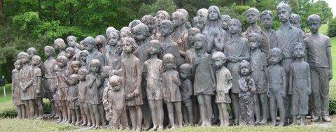 FOTKA - na počest zavražděným dětem, jestlipak poznáte, která postava, musela být odlita znovu?