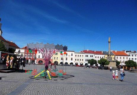 FOTKA - Kroměřížské náměstí s kolotočem